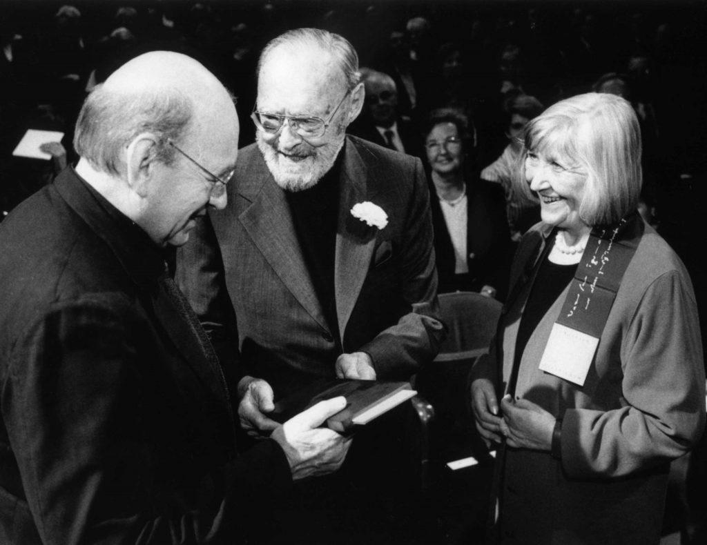 Bernd & Hilla Becher ricevono l' Erasmus Prize 2002 da Prince Bernhard (the Netherlands), 2002. Photograph © Praemium Erasmianum Foundation.