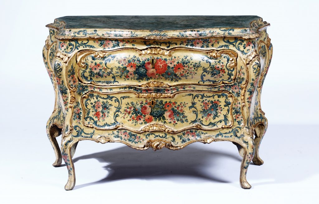 Commode rococò in legno laccato con lumeggiature in oro, Venezia seconda metà XVIII secolo cm 112x55x78