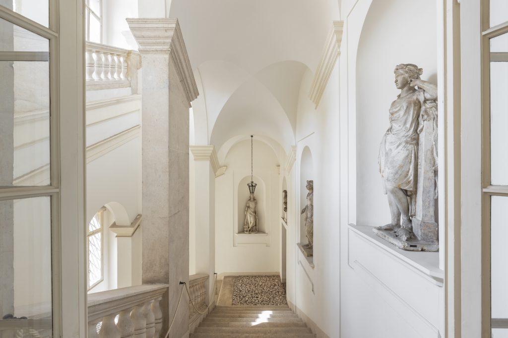 Allegoria dei quattro continenti. Stucco modellato. Arte del XIX secolo, Roma.  Stima: 20.000 - 30.000 euro.
