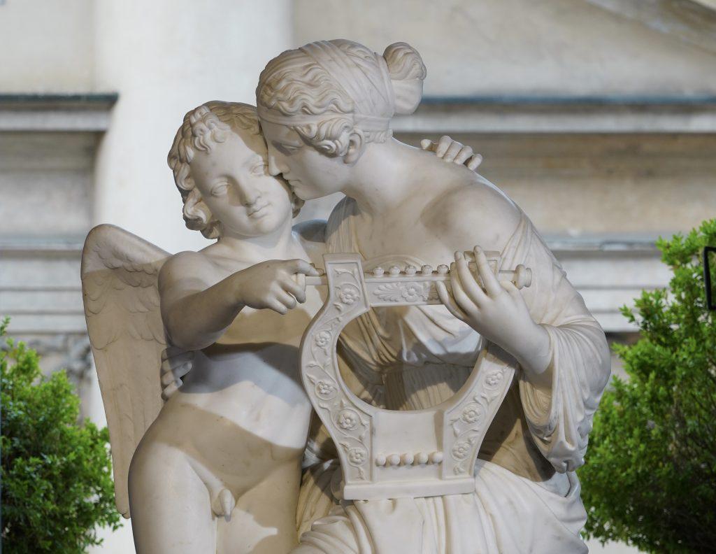 Eros e la Musa Erato. Marmo bianco. Arte neoclassica del XIX secolo. Stima: 30.000 - 40.000 euro.